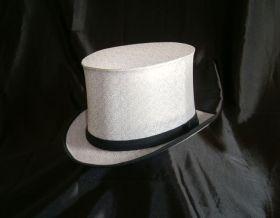 Белая шляпа шапокляк из люрекса