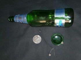Фокус монета проходит сквозь бутылку
