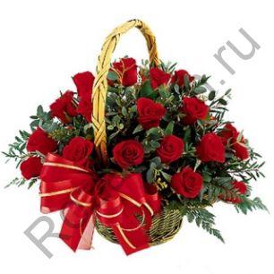 Корзина с 21 розой с зеленью