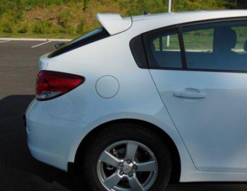 Оригинальный спойлер багажника Chevrolet Cruze хетчбек. (GM)