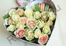 Коробочка с цветами и макарунами №2
