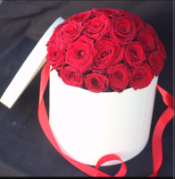 Свежие розы в шляпной коробке