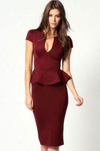 Бордовое платье миди с баской и V-образным вырезом.