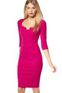 Яркое платье средней длины