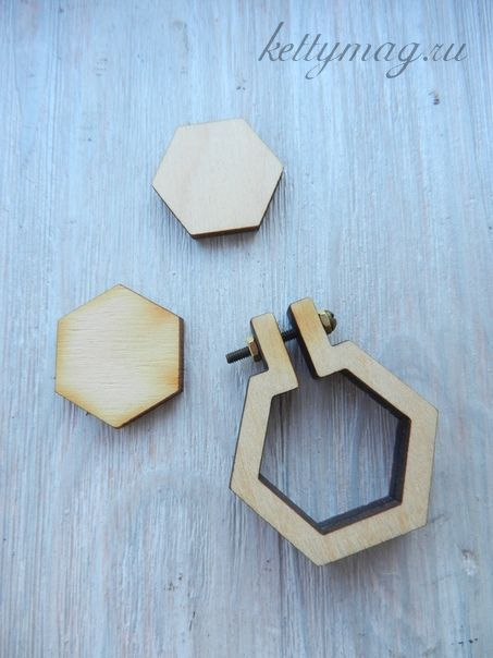 Мини-пяльцы рамка шестиугольник 3,5 см с основой для натяжки и закрепления ткани.