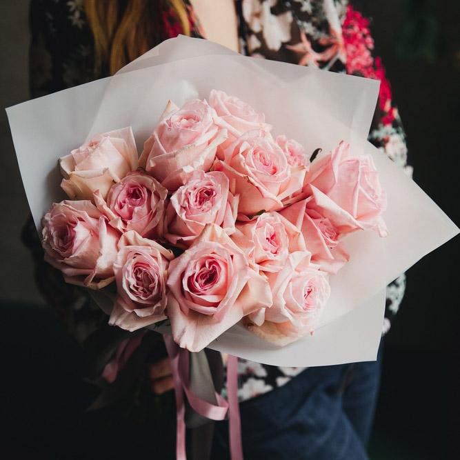 Букет из 15 пионовидных роз в оформлении