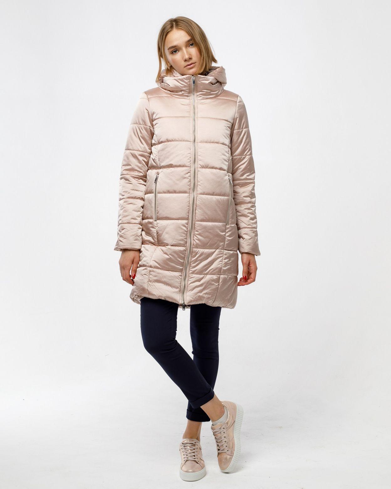 Зимнее женское пальто необычного кроя с центральной металлической молнией. С внутренней стороны молния прикрыта ветрозащитной планкой. Воротник стойка средней высоты. Капюшон отстегивается и крепится на скрытые кнопки. Вертикальные прорезные карманы засте
