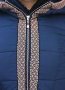Красивое зимнее пальто с капюшоном украшено золотистой индийской тесьмой.