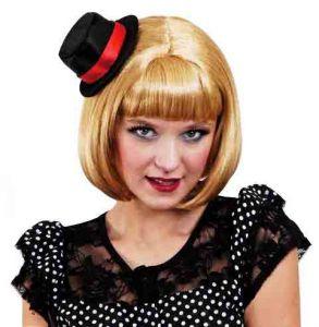 Блондинка в черной шляпке
