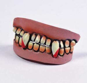 Зубы вампира кровавые
