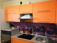 Оранжевая кухня с серой столешницей-1