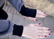 На рукавах удлиненная манжета. Манжету также можно подворачивать до уровня запястья.