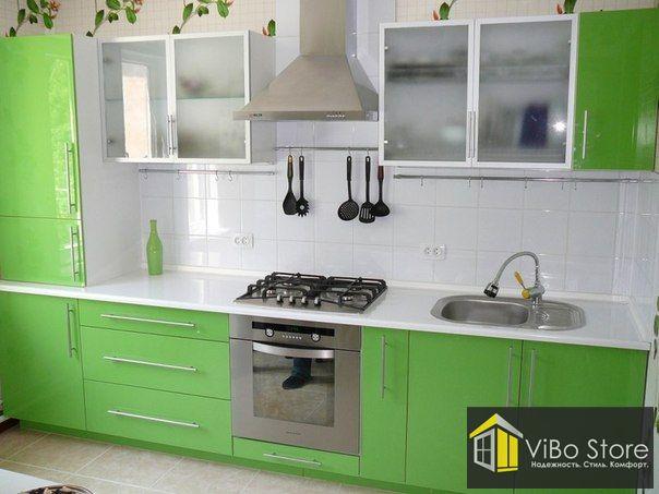 Зеленая кухня с белой столешницей