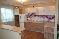 светлая угловая кухня с фартуком
