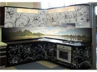 кухня с цветным фартуком черно-белая