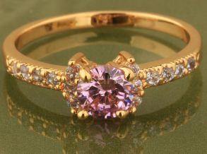 Элегантное позолоченное кольцо с розовым топазом и цирконами