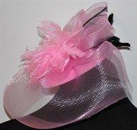 Розовая вуалетка с плотной вуалью и черными перьями