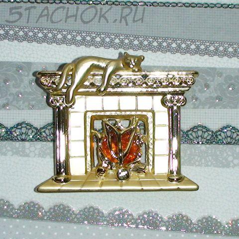 """Брошь """"Котик на камине"""" под золото, камень"""