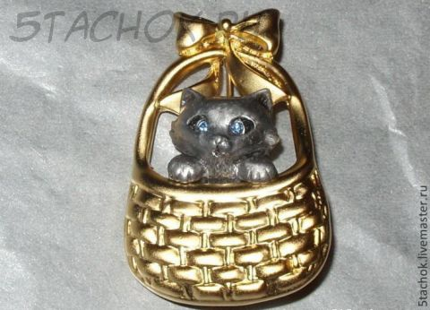 """Брошь """"Котенок в корзинке"""" под олово/золото, камушки"""