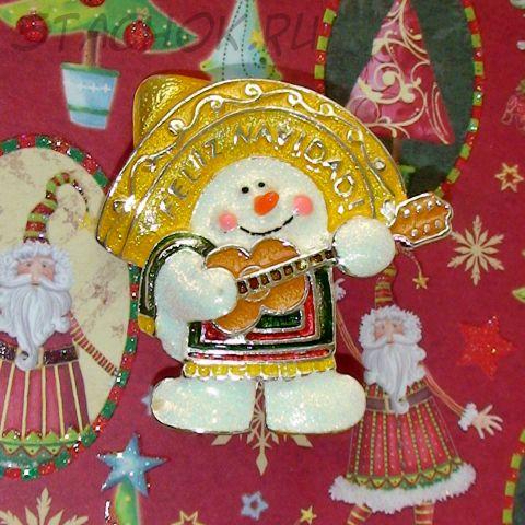 """Брошь """"Рождественский Снеговик с гитарой"""" под серебро, эмаль"""