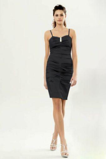 Атласное платье-футляр с эффектной драпировкой и брошью
