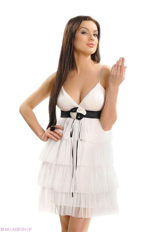 Белое воздушное платье с соблазнительным вырезом декольте