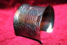 Широкий браслет с алмазной гравировкой