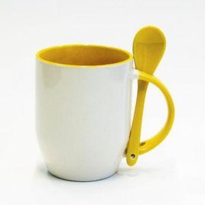 Кружка с желтой ложкой