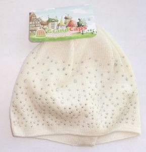 Белая шапка со стразами для девочки 1-3 лет
