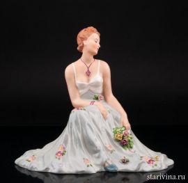 Сидящая девушка с букетом цветов, Royal Dux, Богемия, нач. 20 в