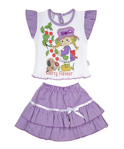 Интересный костюм состоящий из футболки и полосатой юбки