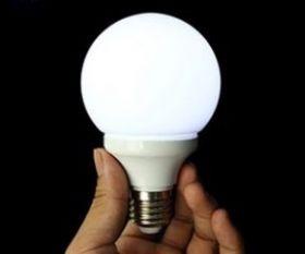 Лампочка светится в руке (белый свет)