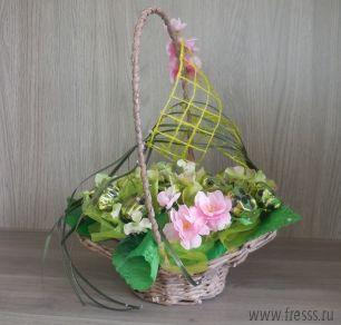 """Корзина с цветами и конфетами """"Сладкий сюрприз"""""""