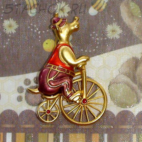 """Брошь """"Мишка-велосипедист"""" под золото/эмаль"""