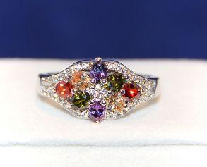 Позолоченное белым золотом кольцо с разноцветными топазами