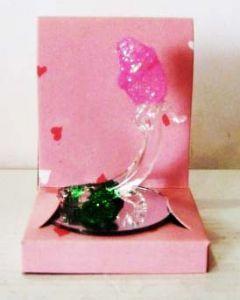 Стеклянная роза на зеркале