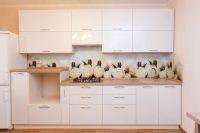 светлая кухня с фартуком с цветами