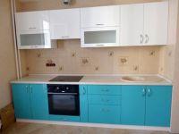 прямая кухня бежевого цвета с зеленым фасадом