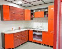 Яркая угловая кухня в стиле хай-тек