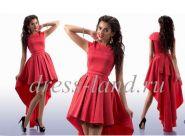 Красное платье со шлейфом и пышной юбкой