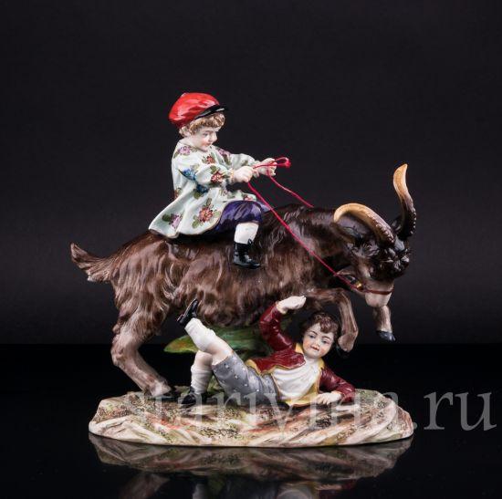 Фарфоровая статуэтка Дети, играющие с козлом производства Ernst Bohne Sohne, Германия