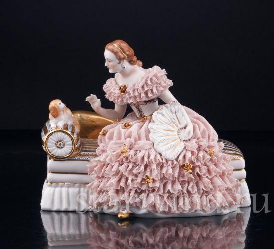 Фарфоровая статуэтка Дама на диване, кружевная производства Дрезден, Германия