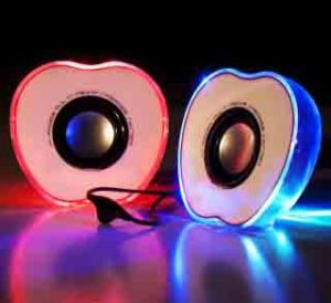 Мобильные световые колонки в форме половинок яблока