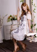 Летнее платье отличается своим кокетливым романтичным образом.