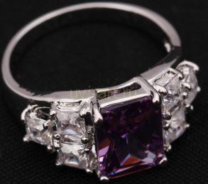 Стильное позолоченное белым золотом кольцо с крупным аметистом и цирконами