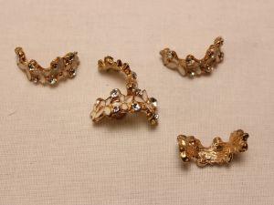 `Кабошон со стразами, прямоугольный, дуга, цвет основы: золото, белый, цвет стразы: прозрачный, размер: 24х10мм