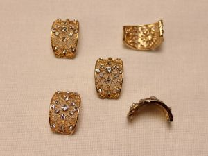 `Кабошон со стразами, прямоугольный, дуга, цвет основы: золото, цвет стразы: прозрачный, размер: 20х13мм