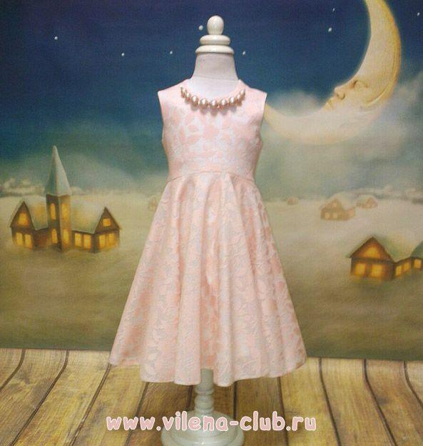 Платье праздничное с украшением персиковое
