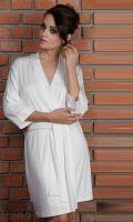Женский халат VISA, выполнен из вискозы высокого качества. Модель с запахом; на поясе. Рукав цельнокроеный, длина 3/4 на манжете. Длина выше колен.