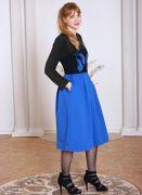 Синяя юбка миди по бокам с удобными карманами.